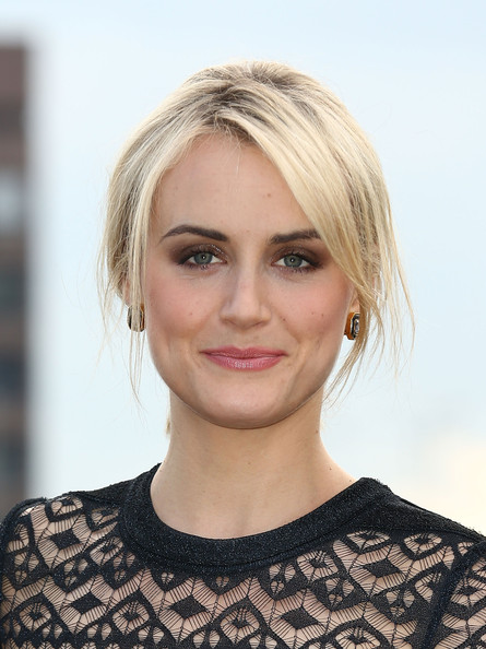 Taylor Schilling Pink Lipstick [orange is the new black,series,hair,face,hairstyle,eyebrow,blond,lip,chin,head,beauty,skin,taylor schilling,photocall,london,england,netflix]