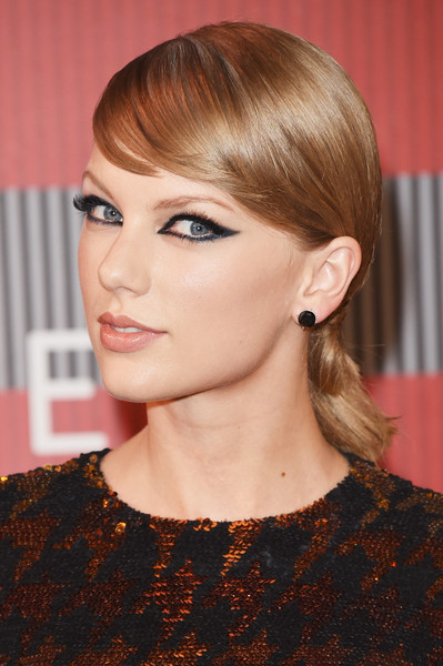 Taylor Swift Cat Eyes [hair,face,hairstyle,chin,blond,eyebrow,bangs,beauty,lip,hair coloring,arrivals,taylor swift,mtv video music awards,microsoft theater,los angeles,california]