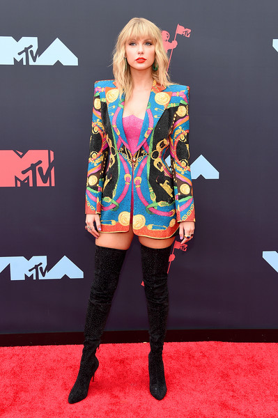 Taylor Swift Blazer [red carpet,carpet,clothing,flooring,fashion,hairstyle,footwear,outerwear,long hair,leg,arrivals,carpet,flooring,mtv video music awards,red carpet,model,fashion model,clothing,newark,taylor swift,katy perry,red carpet,catfish: the tv show,celebrity,music,supermodel,socialite,mtv video music award,model,fashion model]