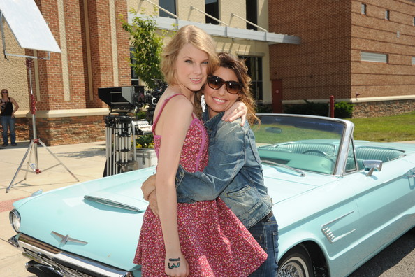 """Shania Twain & Taylor Swift Recreate """"Thelma & Louise"""" For CMT Music Awards"""