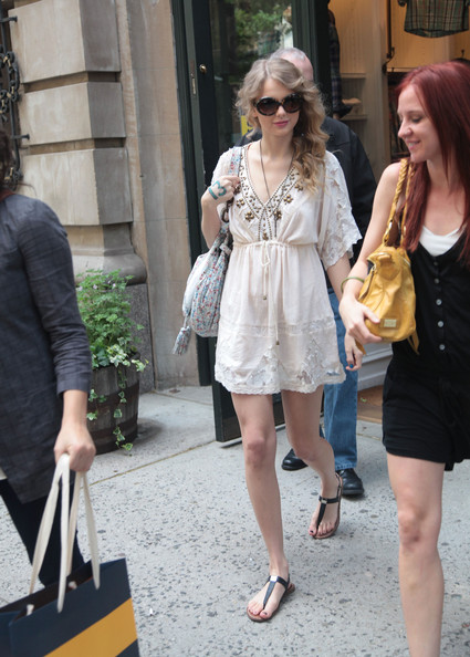 More Pics Of Taylor Swift Thong Sandals 14 Of 20 Taylor Swift Lookbook Stylebistro