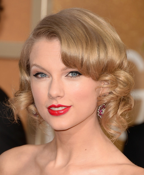 Taylor Swift Pinned Up Ringlets [hair,eyebrow,lip,beauty,blond,human hair color,hairstyle,chin,cheek,fashion model,arrivals,taylor swift,beverly hills,california,the beverly hilton hotel,golden globe awards,annual golden globe awards]