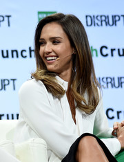 Jessica Alba wore her hair with a side part and feathery ends when she attended TechCrunch Disrupt NY 2016.