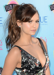 Nina showed us how to a messy ponytail could be red carpet ready at the Teen Choice Awards.