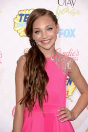 Maddie Ziegler looked sweet and girly with her wavy side ponytail at the Teen Choice Awards.