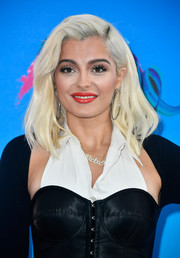 Bebe Rexha worked a platinum-blonde lob at the 2017 Teen Choice Awards.