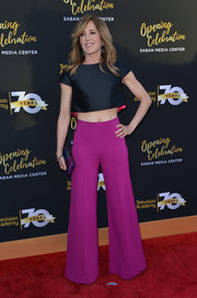 Felicity Huffman sealed off her head-turning attire with magenta bell-bottoms.