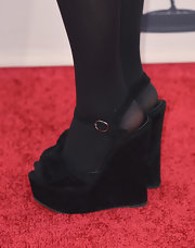 Maisie Williams chose black velvet wedges for her red carpet look at the evening with 'Game of Thrones' event.