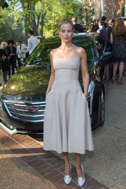 Carolyn Murphy teamed her dress with a pair of architectural white pumps.