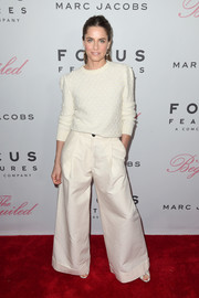 Amanda Peet matched her top with a pair of white flare pants.