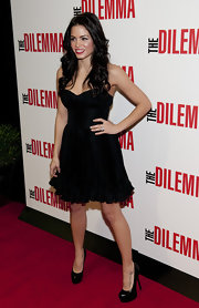 Jenna displays her tattoo on the top of her foot in these black pumps.
