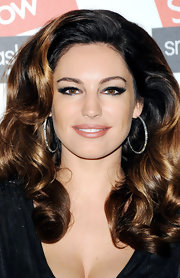 Kelly's nude lips gave off an elegantly-kissable amount of shine.