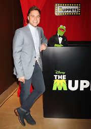 Olly Murs posed at 'The Muppets' show wearing a blue-themed outfit featuring a pair of faded jeans.