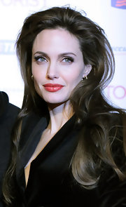 Angelina Jolie spiced up her look with red hot lips that demand attention. Lined lids and lush lashes completed her look. Perfection!