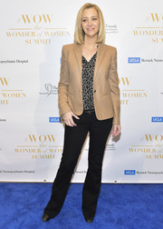 Lisa Kudrow finished off her business-y outfit with a pair of black slacks.