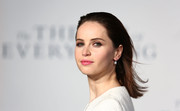 Felicity Jones splashed some color to her look via a pink lip.