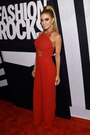 Carmen Electra hit the Fashion Rocks red carpet wearing a lace-embellished jumpsuit.