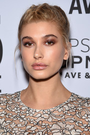 Hailey Baldwin topped off her look with a heavy application of eyeshadow in a neutral shade.