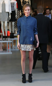 Kate Bosworth sweetened up her boyish shirt with a Topshop floral mini skirt.