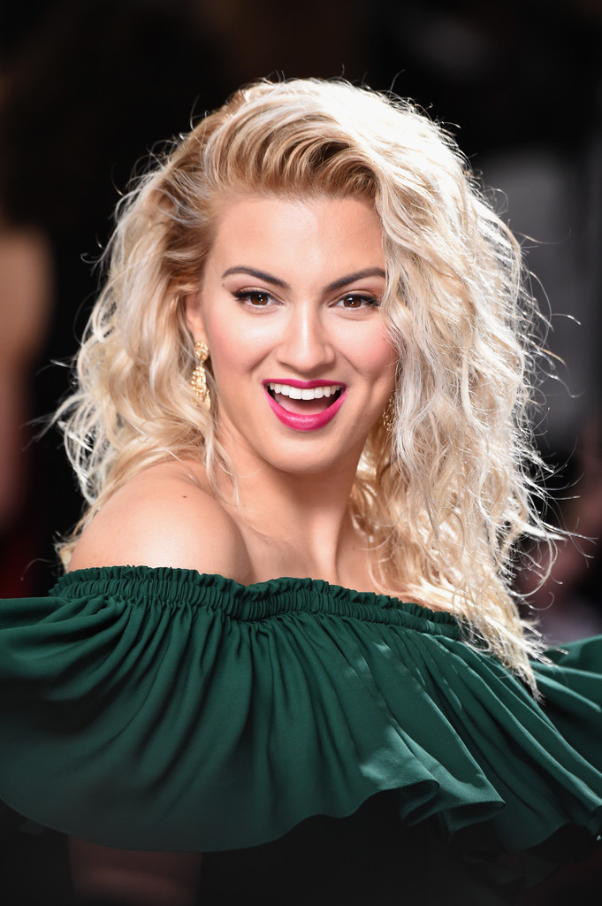 Tori Kelly Long Curls Tori Kelly Looks Stylebistro
