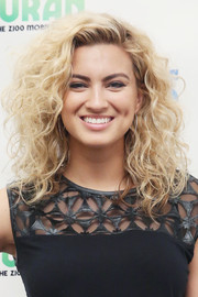 Tori Kelly wore a curly hairstyle for a fresh appearance on 'The Elvis Duran Show.'