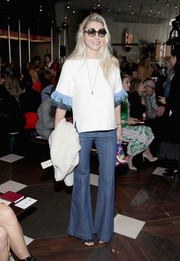Jessica Hart got into a '70s mood with these flare jeans!