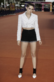 Kristen Stewart coordinated her outfit with a pair of black-and-white pumps with broad ankle straps.