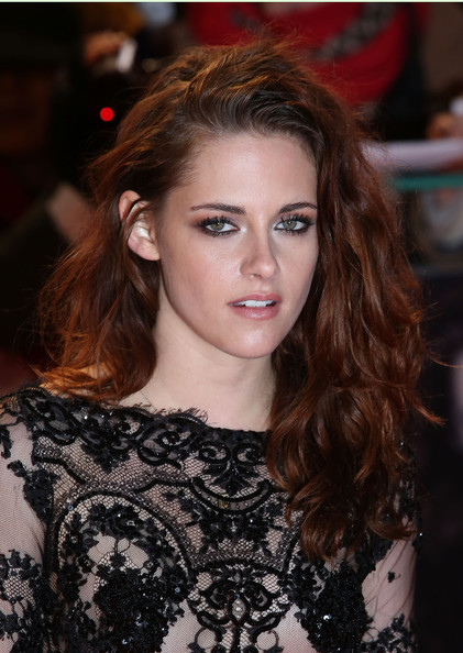 Once again, Kristen wore her auburn waves in a perfectly messy side-swept 'do.