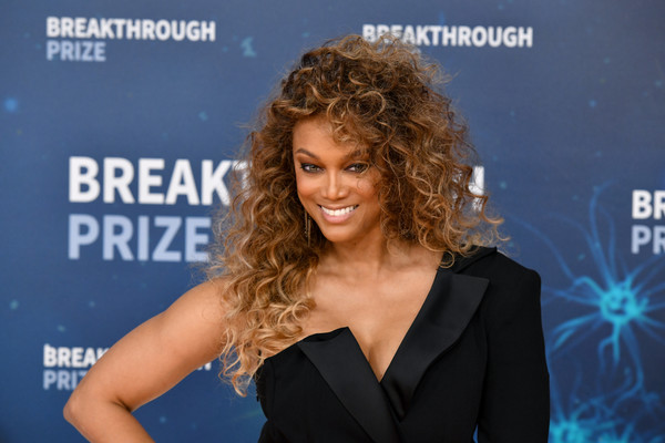 Tyra Banks Long Curls [hairstyle,premiere,television presenter,blond,carpet,long hair,little black dress,electric blue,ringlet,award,red carpet,tyra banks,breakthrough prize,mountain view,california,nasa ames research center]
