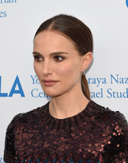 Natalie Portman kept it simple with this sleek center-parted ponytail at the UCLA Center for Israel Studies gala.