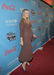 Molly Sims wore this brown knit maternity dress to the UNICEF event.