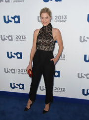 Julie Bowen added a modern touch to her romantic and feminine blouse with this pair of black slacks.