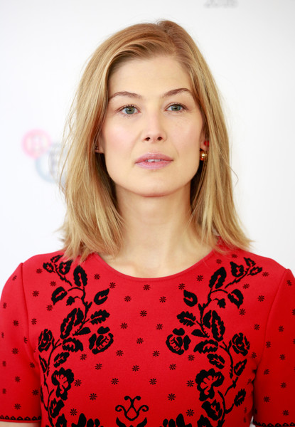 Rosamund Pike wore a casual shoulder-length 'do at the BFI London Film Festival photocall for 'A United Kingdom.'