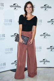 Melanie balanced the oversized silhouette of her flowy pants with a sleek, streamlined top.