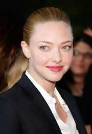 Amanda Seyfried added an elegant touch to her flawless look with cherry red lip gloss.