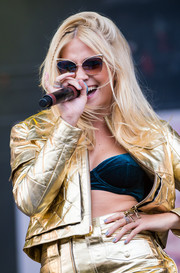 Pixie Lott performed at the V Festival wearing some funky nail art.