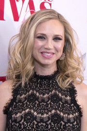 Fiona Gubelmann glammed it up with this voluminos curly 'do at the premiere of 'Daytime Divas.'