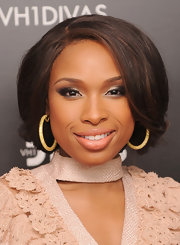 Jennifer Hudson enhanced her eyes with metallic shadows in shades of silver and gray at VH1 Divas Celebrates Soul.