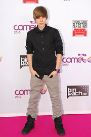 Justin wears a pair of baggy Khakis with his black ensemble on the red carpet.