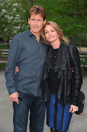 Denis Leary looked smart in this classy blue linen button-down.