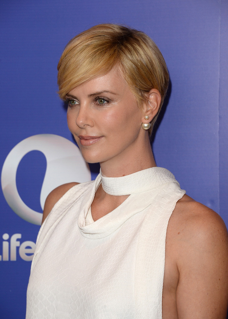 more pics of charlize theron side parted straight cut 11