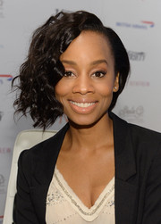 Anika Noni Rose probably couldn't decide whether she wanted a curly or a straight 'do, so she had both. She looked cute anyway.