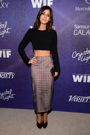 Lizzy Caplan sealed off her modern ensemble with a pair of plum-colored Christian Louboutin pumps.