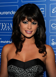 The brunette beauty looked gorgeous with lash-skimming bangs and a sweet curly hairstyle.