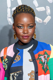 Lupita Nyong'o injected some shine with a pair of gold dangle earrings.