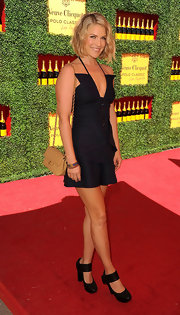 Ali Larter accessorized her darkly chic ensemble with a classic tan quilted Chanel complete with gold hardware.