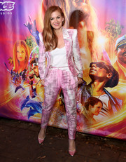 Isla Fisher complemented her suit with a pair of pink pumps.