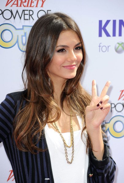 Victoria Justice Gold Chain [hair,hairstyle,skin,beauty,long hair,lip,gesture,finger,layered hair,brown hair,arrivals,victoria justice,california,hollywood,variety,4th annual power of youth,paramount studios,4th annual power of youth event,event]