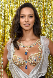 Lais Ribeiro looked gorgeous with her face-framing waves at the 2017 Victoria's Secret Fantasy Bra reveal.