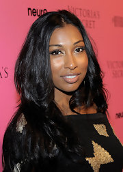 Singer Melanie Fiona styled her long curls in a center part hairstyle that framed her heart-shaped face.